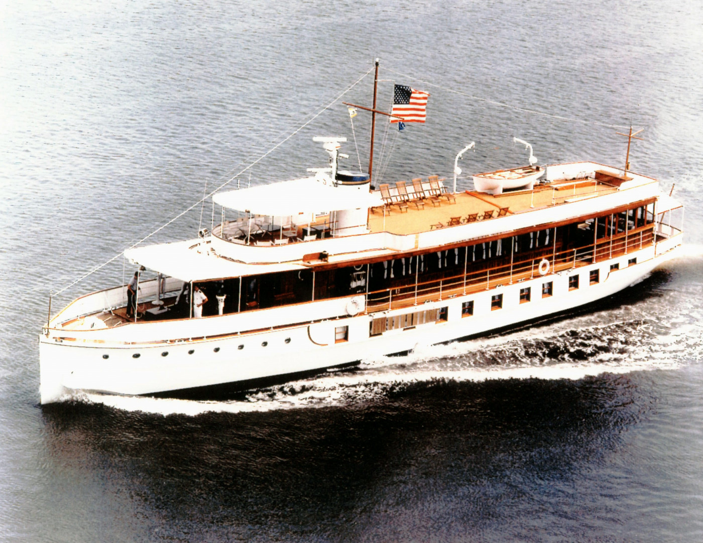 US_Navy_030423-N-0000X-001_The_former_Presidential_Yacht_USS_Sequoia_(AG_23)_travels_down_the_Potoma